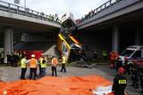 Warszawa. Autobus spadł z mostu trasy S8. W środku byli pasażerowie. Co najmniej jedna ofiara śmiertelna
