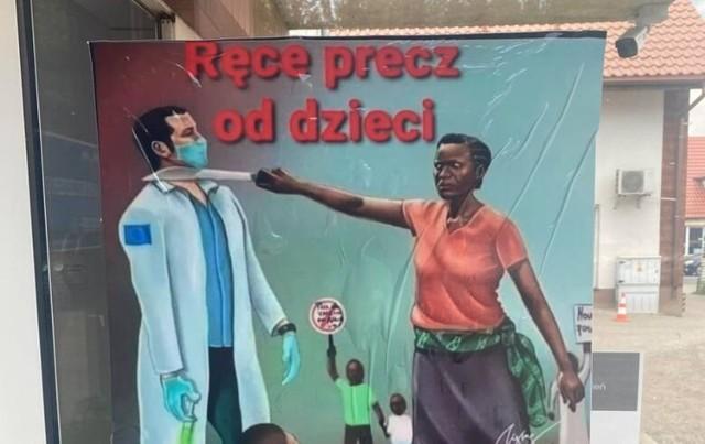 Ten plakat został nocą naklejony na drzwi punktu szczepień w Szubinie.