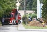 Akcja straży pożarnej przy ul. Pawińskiego w Warszawie. Pod koparką osunęła się ziemia. Trwa wydobywanie pojazdu