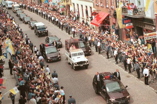 Torunianie mieli zaszczyt gościć u siebie papieża Polaka 7 czerwca 1999 roku. Sześć lat później tłumy mieszkańców żegnały Jana Pawła II. W 2014 roku Toruń świętował jego kanonizację.  Zobacz także: Fotograficzny spacer po Bydgoskim Przedmieściu [ZDJĘCIA]  7 czerwca 1999 roku papież Jan Paweł II odwiedził Toruń [ZDJĘCIA]