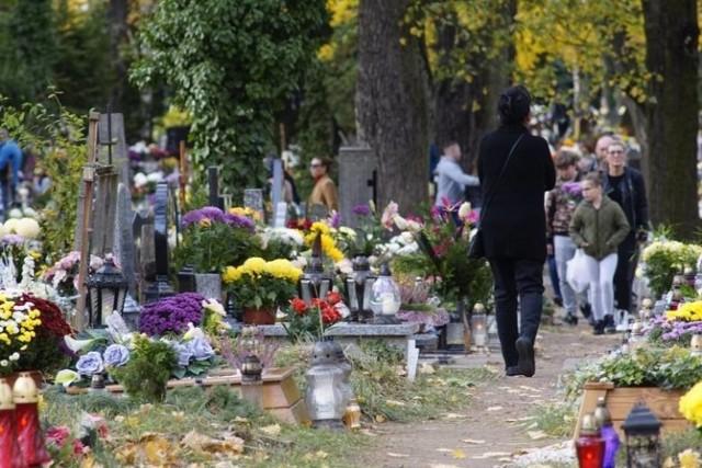 Na poznańskich cmentarzach komunalnych pochówki mają odbywać się także w soboty. Spowodowane to jest znacznym wzrostem liczby zgonów