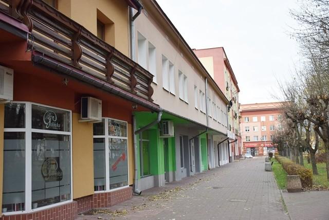 """Fotografia przedstawia budynek nazywany przez mieszkańców Kraśnika """"Smoluchem"""". Przejdź do galerii i zobacz inne nazwy sklepów, knajp, ulic i miejsc używane potocznie przez kraśniczan."""