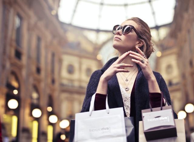 Są pewne ubrania, które mimo upływu czasu pozostają modne i stylowe.