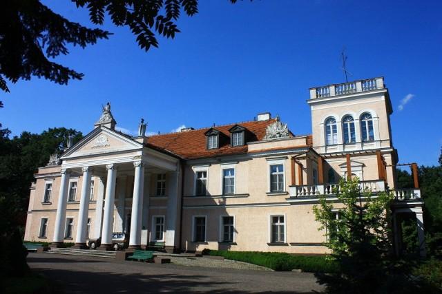 A gdyby tak zamiast w domu, zamieszkać w dworku lub pałacu? W malowniczych zakątkach Polski czekają setki przepięknych budynków, w których można poczuć się po królewsku. Niektóre z nich wymagają co prawda remontu, jednak gdyby przywrócić im dawną świetność, zachwyciłyby każdego. Prezentujemy najciekawsze z nich. Licencja