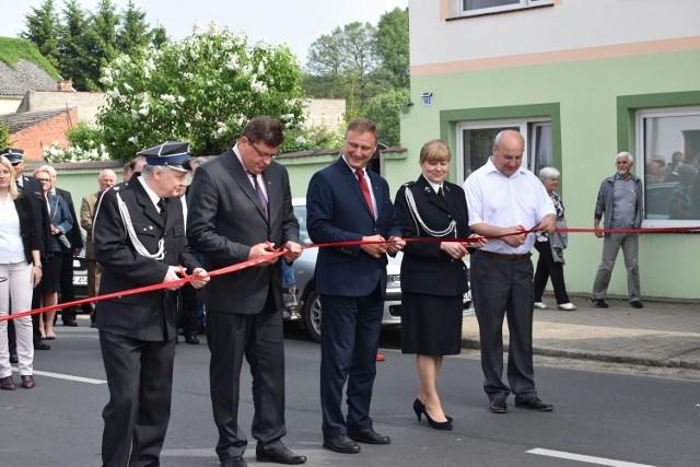 Dwa lata temu w Bobrowicach doszło do wielkiej uroczystości. Jednego dnia doszło do oficjalnego otwarcie remizy strażackiej, świetlicy oraz drogi powiatowej. Wręczono również wyróżnienia oraz medale dla strażaków z okazji Dnia Strażaka.