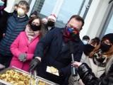 Śniadanie wigilijne Lewicy w Zduńskiej Woli. Rozdawano pierogi z kapustą i czerwony barszczyk ZDJĘCIA I VIDEO