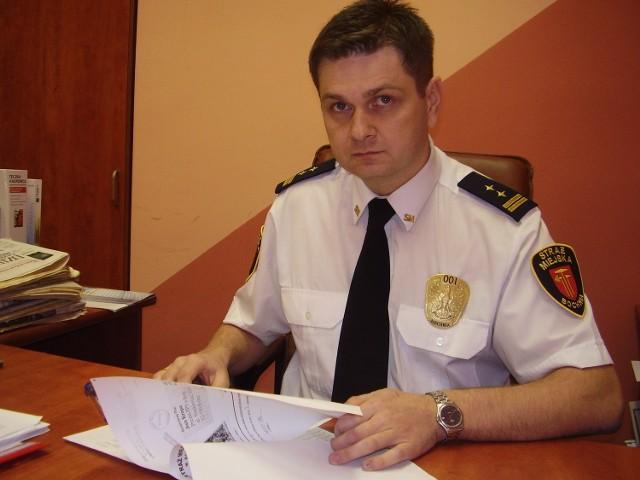 Komendant Krzysztof Tomasik w aktach straży miejskiej zabezpieczył dwa z kilkudziesięciu znalezionych dokumentów