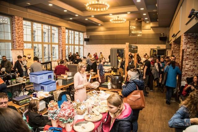 Wege Bazar tym razem organizuje imprezę w tłustej odsłonie. Towarzyszyć jej będą słodycze, ciasta, ciastka i ciasteczka w całości zrobione bez mleka, masła i innych produktów odzwierzęcych. - Wege Bazar w karnawale szaleje i karmi kaloriami. Dieta od marca, w lutym dbamy o to by było nam ciepło! Ofertę uzupełni pyszny wegański comfort food na wytrawnie - reklamuje imprezę organizator.  Gdzie: Klubokawiarnia Medyka, Oczki 1a Kiedy: 17 lutego, 12:00-19:00.