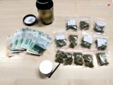 Policjanci z Kłomnic zatrzymali czterech młodych dilerów. Znaleziono kilogram środków odurzających