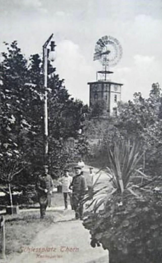 Wieżą wodna została zbudowana w 1903 roku, obsługiwała znajdujące się po sąsiedzku miasteczko poligonowe. Początkowo znajdujące się w niej pompy były wprawiane w ruch dzięki sile wiatru, później zainstalowano tam napęd elektryczny.