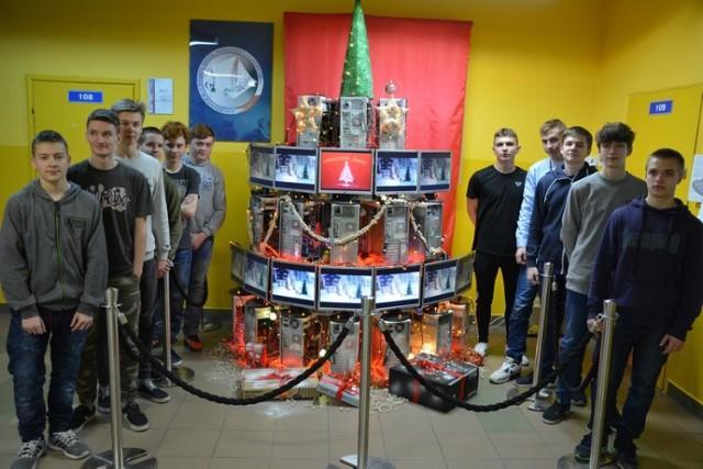 Choinka w ZSP Poddębice w całości złożona została z komputerowych części