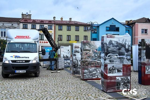 Rynek Miejski w Skierniewicach. CKiS instaluje nową wystawę