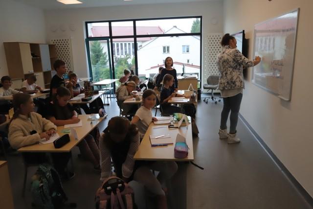 Testy na koronawirusa dla nauczycieli klas I-III w szkołach podstawowych rozpoczną się 11 stycznia i potrwają 15 stycznia. W województwie łódzkim na te bezpłatne badania zgłosiło się dwie trzecie z pracujących z najmłodszymi uczniami. Możliwość zgłoszenia miała także w całości tzw. niepedagogiczna kadra podstawówek – w tej grupie zgłosiła się ponad połowa uprawnionych z naszego regionu.   >>> Czytaj dalej na kolejnej ilustracji >>>