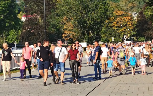 W ostatni weekend Krynica - Zdrój pękała w szwach. Turyści tłumnie odwiedzili znane sądeckie uzdrowisko