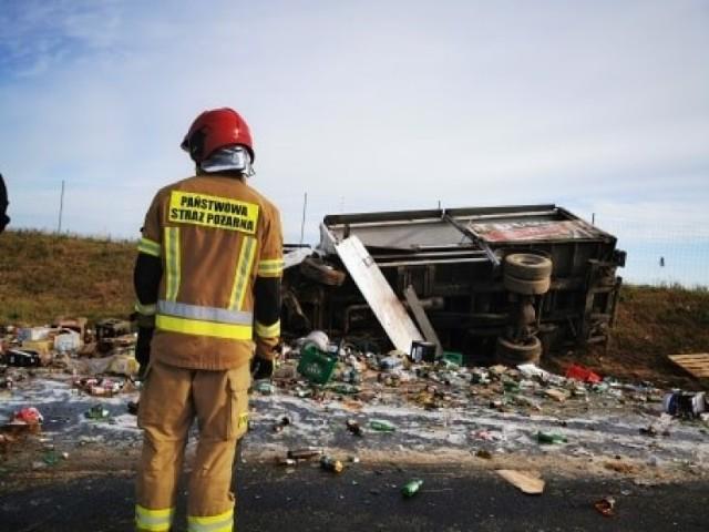 Wypadek na S6 koło miejscowości Dobre (powiat koszaliński). Wywrócił się tir z piwem