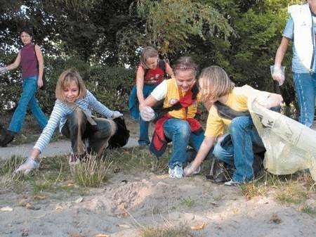 Uczniowie ze Szkoły Podstawowej nr 10 zbierali śmieci z plaży przy zbiorniku wodnym.