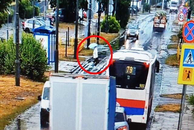 Policjanci po raz kolejny monitorowali zachowania pieszych i kierowców, wykorzystując Mobilne Centrum Monitoringu, przy jego pomocy zatrzymując tych, którzy łamali przepisy ruchu drogowego. W ciągu dwóch godzin ujawnili siedem wykroczeń.   Więcej zdjęć i informacji >>>