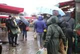 Tłumy klientów na dąbrowskim targowisku. Wielu klientów wybrało się w niedzielę na zakupy