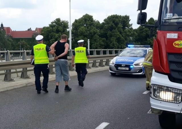 Badanie alkomatem wykazało, że sprawca wypadku ma około 1,5 promila alkoholu we krwi. Został zatrzymany przez policję