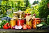 Lato w słoiku: domowe dżemy, przeciery, wekowane grzyby -  warto mieć domowe zapasy z polskich warzyw i owoców