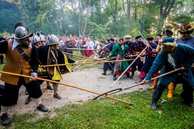 W ten weekend po raz kolejny Szwedzi najechali na Ostromecko. Dwudniowa impreza rekonstrukcyjna rozpoczęła się w sobotę (18 sierpnia) i potrwa do niedzieli.   Sobotnia inscenizacja dotyczyła bitwy pod dworem Dorpowskich w Ostromecku (dzisiejszy Pałac Stary, tzw. Pałac Mostowskich). W niedzielę (19 sierpnia) dojdzie do potyczki między wojskami Czarneckiego, a Szwedami, którzy bronili się w widłach Wisły i Brdy.   Będzie też można skosztować potraw, podawanych na królewskich stołach.Na rozmaitych stoiskach można kupić rękodzieło, zaprezentują się też zespoły taneczne i muzyczne. Można się też przyjrzeć pracy płatnerzy i kowali. Wstęp Wolny  Program na niedzielę (godz. 11-15): 10.30 - wymarsz na pole bitwy połączony z prezentacją grup 11.00 - Bitwa Czarnieckiego ze Szwedami 12.00 - Rozdanie nagród w turniejach   Zobacz wideo: Wszystkie ceny w górę - susza niszczy plony   wzrost cen żywności