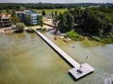 Prywatne plaże, pomosty  z zakazami w wstępu w Boszkowie. Nad popularnym jeziorem Dominickim nie brakuje takich miejsc [ZDJĘCIA]