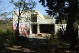 Gigantyczny szpital w Lasku Złotoryjskim popada w kompletną ruinę [ZDJĘCIA]