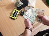Substancje odurzające i pieniądze znalezione u mieszkańca Bełchatowa. Akcja policji i Izby Celnej