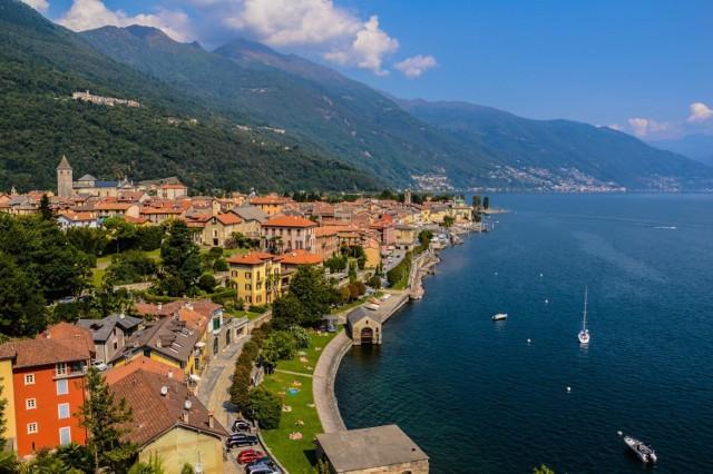 Lago Maggiore to malownicze jezioro położone na granicy Szwajcarii i Włoch. Choć wspaniałe widoki i łagodny klimat przyciągają wielu turystów, najwyraźniej brakuje ludzi, którzy chcieliby tu mieszkać. Według serwisu Insider miejscowość Monti Scìaga oferuje piękne, stare, kamienne domy za mniej niż 1 euro w nadziei przyciągnięcia nowych mieszkańców.  Warunkiem taniego zakupu jest przeprowadzenie remontu, który nie naruszy historycznego charakteru budowli. Oferta tanich domów ma też na celu reklamę miejscowości i zwiększenie liczby przyjeżdżających w te rejony turystów.