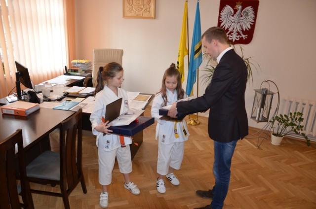 Kornelia Link i Maja Piór, zawodniczki klubu Sakura Rumia z wizytą u burmistrza Władysławowa