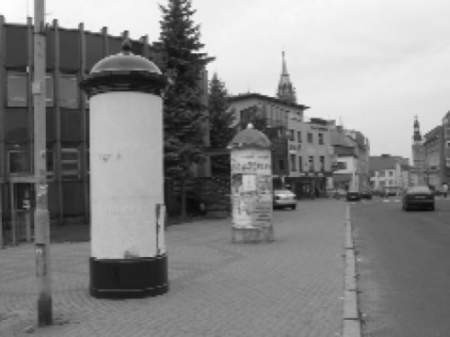 Powiat postawił drugi słup ogłoszeniowy przed swoją siedzibą. Na trzy tygodnie przed wyborami.  FOT. BERNARD ŁĘTOWSKI