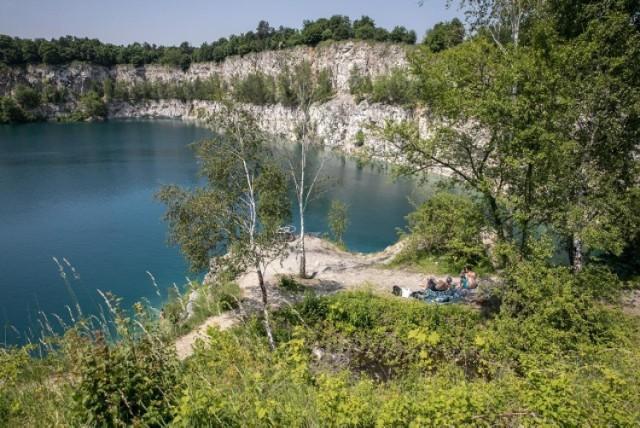 Zakrzówek to zbiornik wodny znajdujący się Krakowie, który jest cudownym miejscem na stworzenie sesji ślubnej. Uroku temu miejscu dodają otaczające go lasy i Skałki Twardowskiego. To miejsce nie liczy opłaty za wykonanie sesji zdjęciowej.