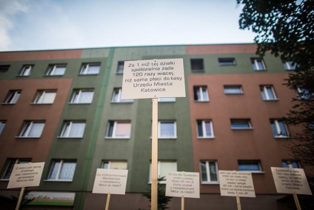 Tabliczki jakie pracownicy Tauron Ciepło zamontowali przed blokami w Bogucicach