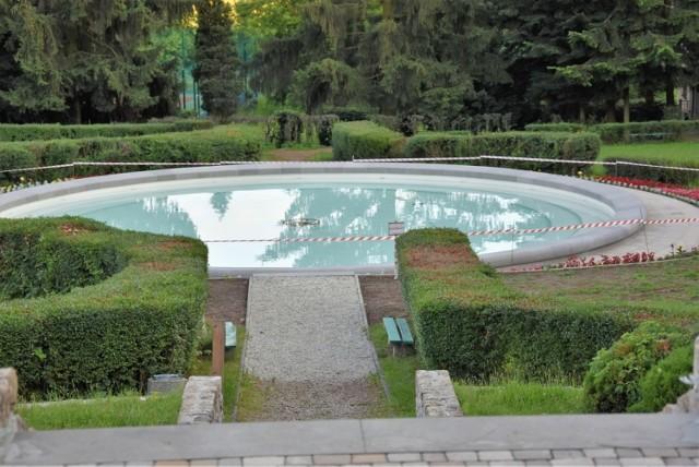 W fontannie jest już nalana woda, obok niej pojawiły się również nasadzenia kwiatów