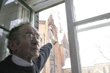 Ksiądz Jan Leks wskazuje drugą wieżę bazyliki, która również wymaga remontu.