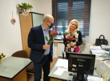 Dzień Kobiet w Szczecinku. Starosta i burmistrz z kwiatami u pań [zdjęcia]