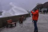 Sztorm na Bałtyku. Wichury w Trójmieście [2.01.2019] Wzburzone fale na Bulwarze Nadmorskim w Gdyni