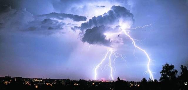 Opadom towarzyszyć będą burze z porywami wiatru do 80 km/h.