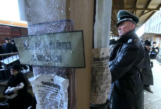 Wczoraj zdjęcia kręcono na placu Piłsudskiego, a dzisiaj realizowane są przy dworcu Wrocław Nadodrze.