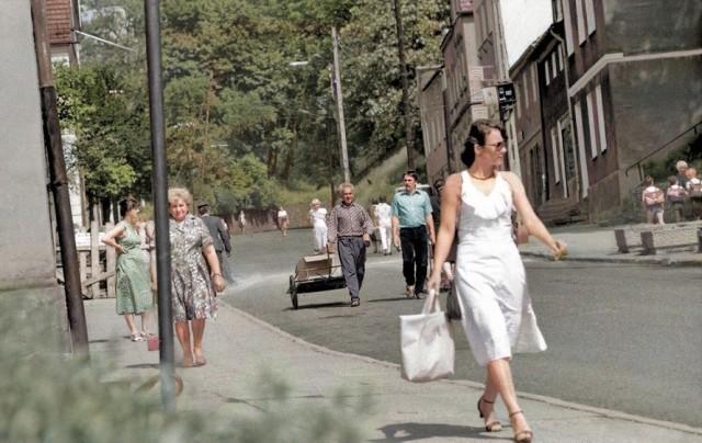 Spacer ulicą Podgórną (daw. WOP) w 1985 roku. Autor oryginalnej fotografii czarno-białej: Robert Turkiewicz