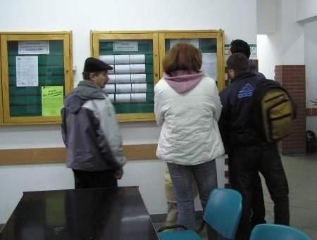 Oferty pracy można znaleźć na tablicy ogłoszeń w PUP przy ul. Obrońców Helu. FOT. LESZEK GRABOWY