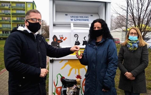 Program pilotażowy ma pomóc przetrwać zwierzakom zimę. Burmistrz Mirosław Gąsik przekazał kotomat fundacji Oczami Kota.