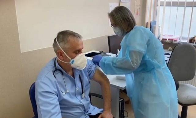Dziś prezydent Wałbrzycha Roman Szełemej przyjął pierwszą dawkę szczepionki na koronawirusa. Druga zostanie zaaplikowana w styczniu.