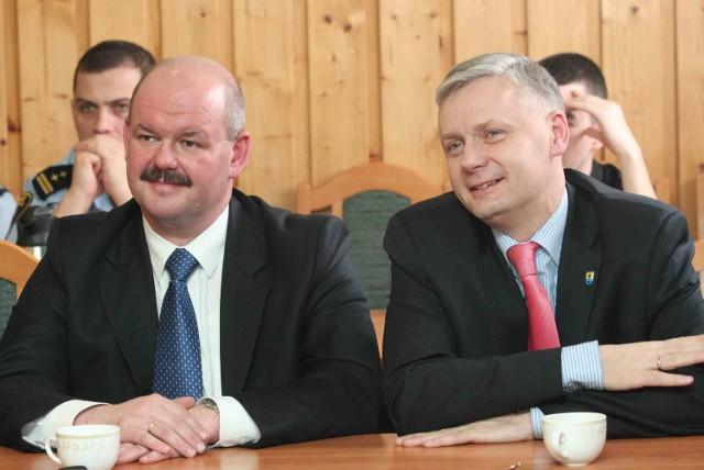 Grzegorz Zabrocki (z lewej) i Przemysław Biesek - obecny i były sekretarz gminy Czersk