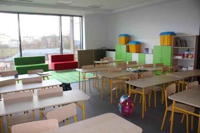 W lutym 2020 roku oddano do użytku nową część szkoły w Rogoźnej. Potem pojawiły się problemy...