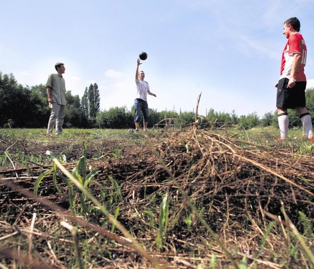 Boisko w dzielnicy Piaski powinno tętnić życiem, ale nadal nie nadaje się do gry.