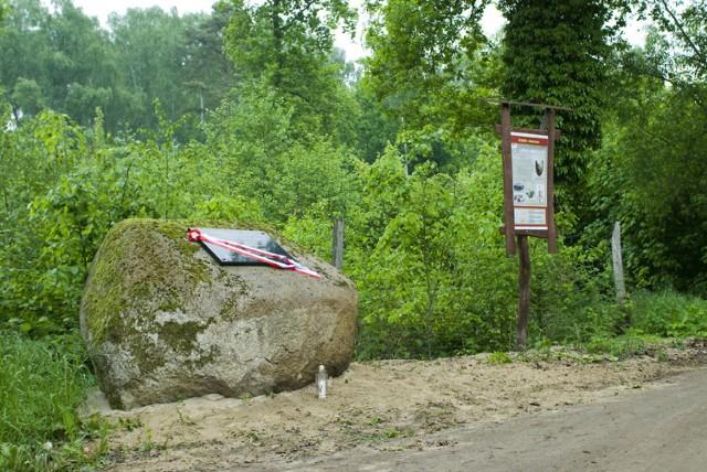 Obelisk na Popowskich Termopilach w dniu poświęcenia 28 maja 2010 r. Głaz stanął na styku gmin Międzychód, Sieraków i Kwilcz z inicjatywy Stowarzyszenia na Rzecz Rozwoju Ziemi Międzychodzkiej.