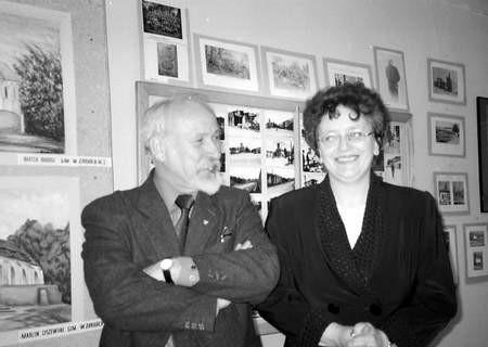 Na wystawę zapraszają dyrektorka biblioteki Irena Borzęcka i Krzysztof Tabaka.   /  KATARZYNA KULIŃSKA-PLUTA