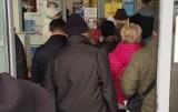 """Czytelniczka alarmuje: Tłum ludzi """"okupuje"""" wejście do II Urzędu Skarbowego w Kielcach. Rzecznik: To była sytuacja incydentalna"""