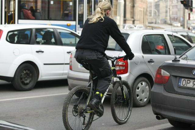"""1. BO SĄ ZA WOLNI """"Wlecze się taki 25 km/h na godzinę i tamuje ruch""""  2. BO SĄ ZA SZYBCY """"Pędzi taki 25 km/h przez przejazd dla rowerzystów. Nie sposób go dostrzec"""""""